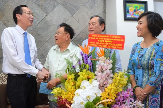 Lãnh đạo TPHCM thăm và chúc mừng nhà giáo lão thành  ảnh 1