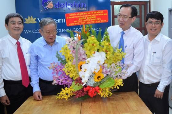 Lãnh đạo TPHCM thăm và chúc mừng nhà giáo lão thành  ảnh 2