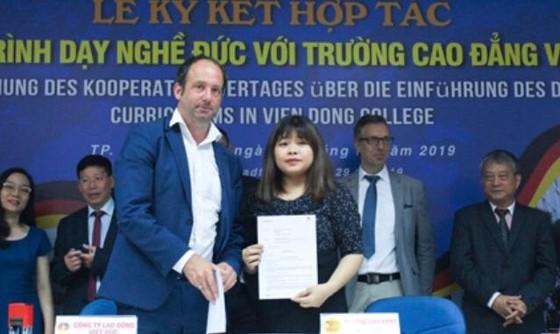 Sinh viên Trường CĐ Viễn Đông ký hợp đồng tuyển dụng trực tiếp với Công ty TNHH cung ứng nhân lực Hoffmann thuộc Bang Nordrhein-Westfalen