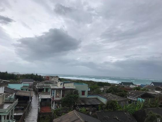 Đảo Phú Quý mưa lớn, nhà nghỉ, khách sạn mở cửa miễn phí cho người dân trú bão ảnh 1