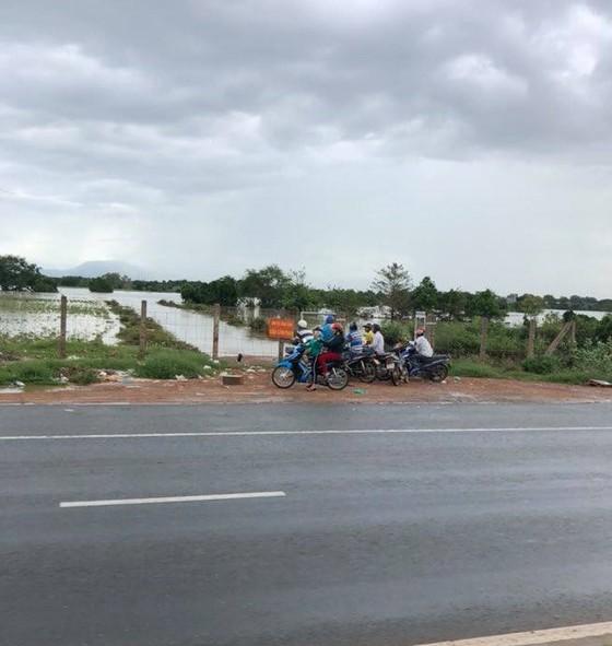 Ảnh hưởng bão số 9, hàng trăm ngôi nhà ở Bình Thuận bị ngập sâu trong nước ảnh 1