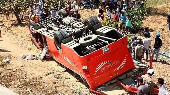 Vụ xe chở người nước ngoài lật xuống vực, tài xế xe khách đã tử vong ảnh 1