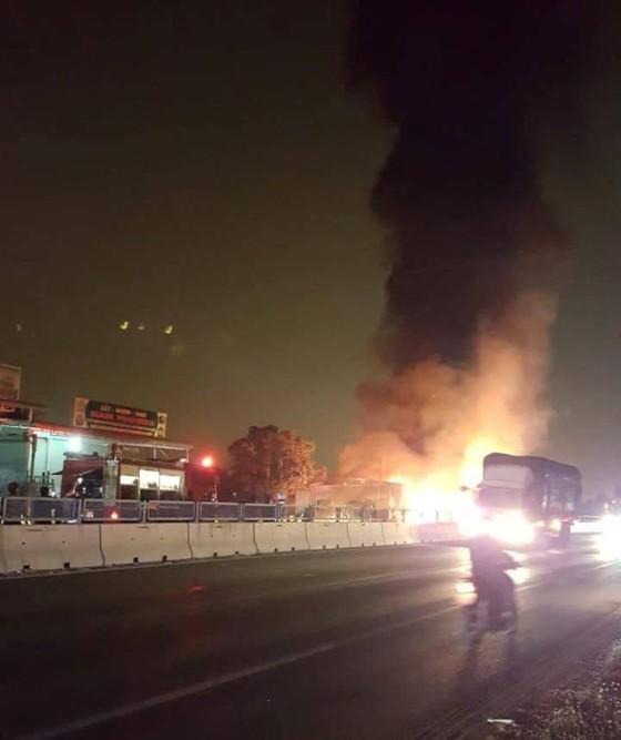 Video: Xe khách giường nằm bốc cháy dữ dội, hàng chục hành khách hoảng loạn ảnh 1