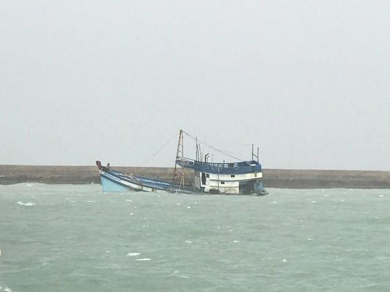 Tàu chở 71 tấn dầu bị chìm ở đảo Phú Quý, cảnh báo nguy cơ tràn dầu ảnh 1