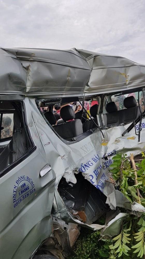 Tàu lửa tông xe khách, 3 người chết, 1 người bị thương ảnh 2