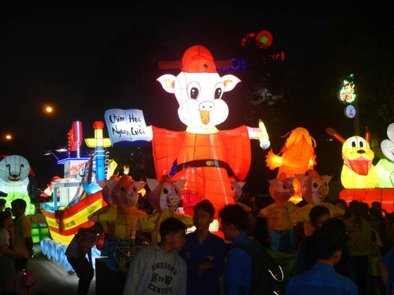Tưng bừng Lễ hội rước đèn Trung thu lớn nhất Việt Nam ảnh 1