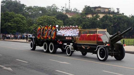 Xúc động tiễn đưa Chủ tịch nước Trần Đại Quang về nơi an nghỉ cuối cùng ảnh 28