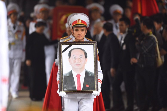 Xúc động tiễn đưa Chủ tịch nước Trần Đại Quang về nơi an nghỉ cuối cùng ảnh 10