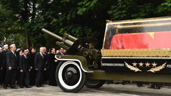 Xúc động tiễn đưa Chủ tịch nước Trần Đại Quang về nơi an nghỉ cuối cùng ảnh 18