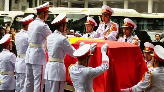 Xúc động tiễn đưa Chủ tịch nước Trần Đại Quang về nơi an nghỉ cuối cùng ảnh 16