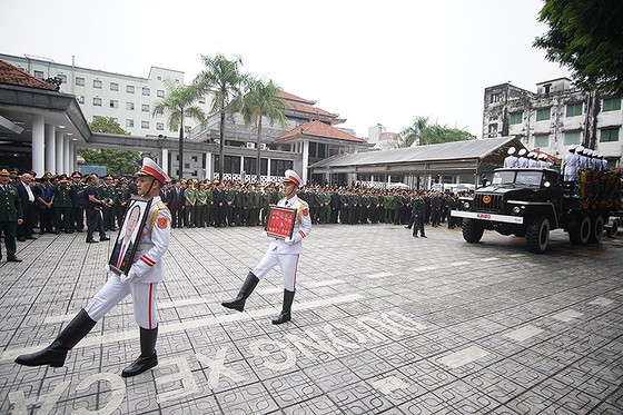 Xúc động tiễn đưa Chủ tịch nước Trần Đại Quang về nơi an nghỉ cuối cùng ảnh 20