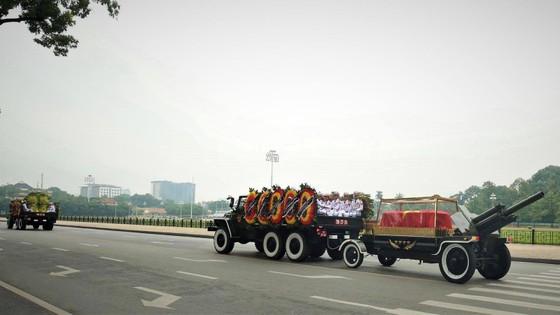 Xúc động tiễn đưa Chủ tịch nước Trần Đại Quang về nơi an nghỉ cuối cùng ảnh 32