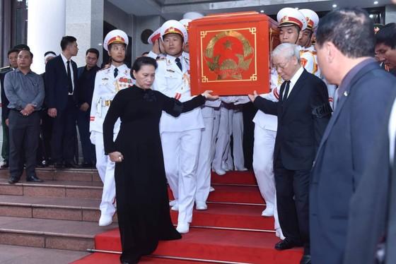 Xúc động tiễn đưa Chủ tịch nước Trần Đại Quang về nơi an nghỉ cuối cùng ảnh 12