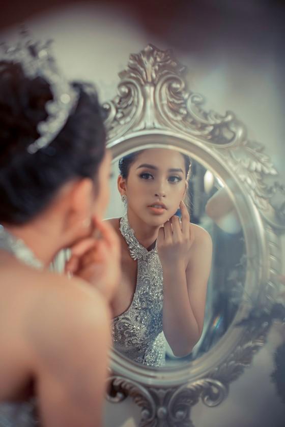 Hoa hậu Trần Tiểu Vy: Mang hơi ấm từ ngọn lửa nhỏ ảnh 1