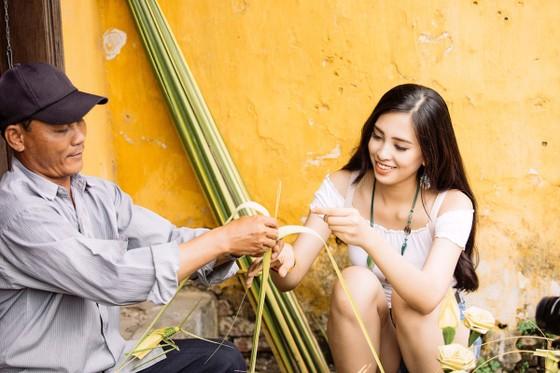Hoa hậu Trần Tiểu Vy: Mang hơi ấm từ ngọn lửa nhỏ ảnh 3
