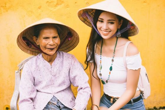 Hoa hậu Trần Tiểu Vy: Mang hơi ấm từ ngọn lửa nhỏ ảnh 4