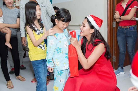 Hoa hậu Trần Tiểu Vy: Mang hơi ấm từ ngọn lửa nhỏ ảnh 5