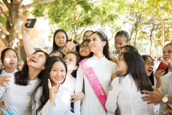 Hoa hậu Trần Tiểu Vy: Mang hơi ấm từ ngọn lửa nhỏ ảnh 2