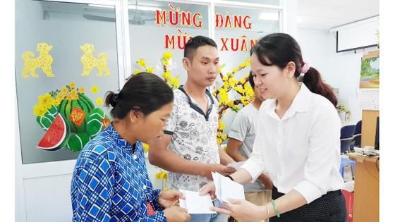 Bạn đọc Báo Sài Gòn Giải Phóng tặng quà tết bệnh nhân và người nghèo ảnh 2