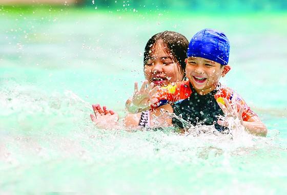 Trẻ em hào hứng học bơi  ảnh 4