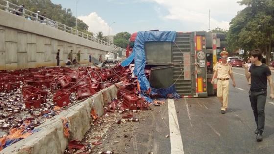 Tai nạn giao thông, hàng ngàn chai bia đổ ra đường ảnh 1