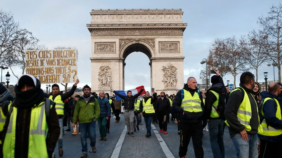 Cảnh sát Pháp bắt hàng trăm người biểu tình áo vàng ở Paris ảnh 1