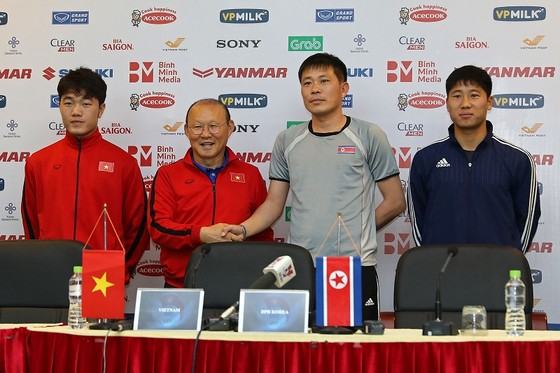 HLV và đại diện cầu thủ hai đội tại buổi họp báo trưa 24-12. Ảnh: MINH HOÀNG