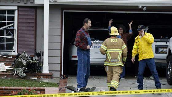 Máy bay vỡ đâm xuống nhà dân ở Mỹ, 5 người chết ảnh 1