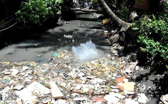 Những điểm đen về rác - Bài 1: Những dòng kênh ngập ngụa rác ảnh 2