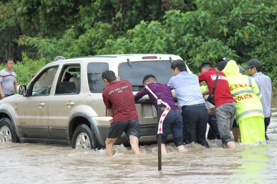 Mưa lớn, 30.000 hộ dân ở Đắk Lắk vẫn đang bị cô lập ảnh 3
