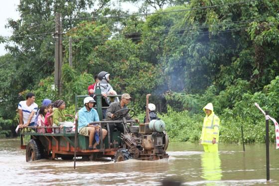 Mưa lớn, 30.000 hộ dân ở Đắk Lắk vẫn đang bị cô lập ảnh 5
