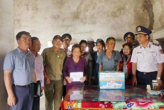 Tặng quà, hỗ trợ ngư dân huyện đảo Phú Quý ảnh 2