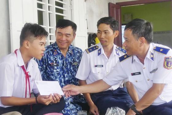 Tặng quà, hỗ trợ ngư dân huyện đảo Phú Quý ảnh 4