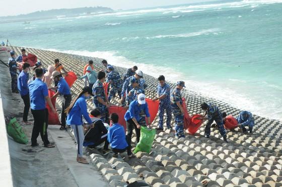 Tặng quà, hỗ trợ ngư dân huyện đảo Phú Quý ảnh 5