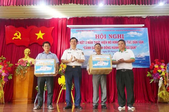 Tặng quà, hỗ trợ ngư dân huyện đảo Phú Quý ảnh 3