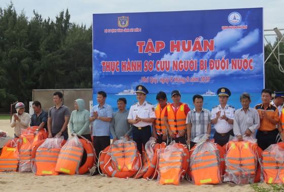 Tặng quà, hỗ trợ ngư dân huyện đảo Phú Quý ảnh 6