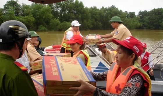 Cứu trợ khẩn cấp cấp 4 tỉnh bị thiệt hại nặng do bão số 12 ảnh 1