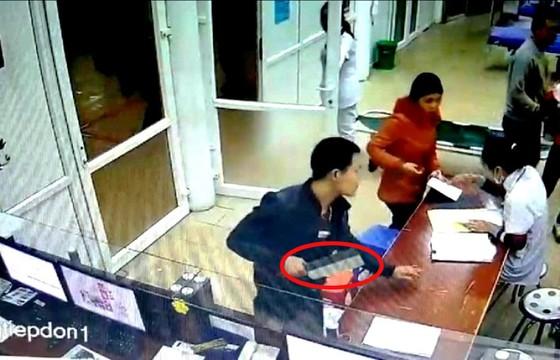 Không được tháo khớp tay, vác dao vào bệnh viện gây náo loạn ảnh 1