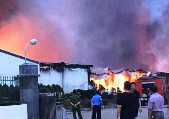 Hỏa hoạn thiêu rụi xưởng may ở Khu công nghiệp Thụy Vân ảnh 1
