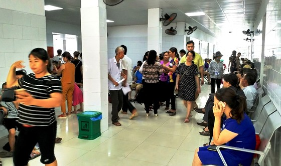 Ùn ùn nhập viện do nắng nóng, bệnh viện phải lắp thêm ghế, quạt, điều hòa ảnh 4