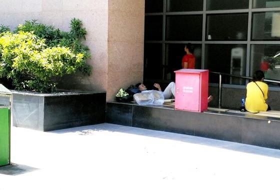 Ùn ùn nhập viện do nắng nóng, bệnh viện phải lắp thêm ghế, quạt, điều hòa ảnh 3