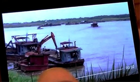 """Sự thật clip """"cát tặc"""" lộng hành trên sông Hồng ngay sát tàu cảnh sát  ảnh 1"""