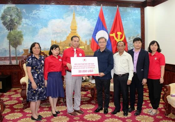 Chữ thập đỏ Việt Nam trao 50.000 USD giúp người dân Lào bị ảnh hưởng vỡ đập thủy điện ảnh 1