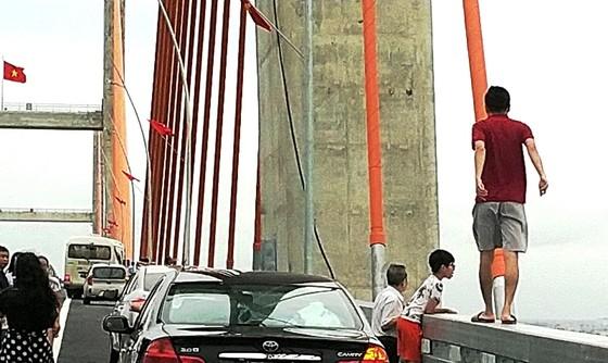 Cầu dây văng lớn nhất Việt Nam vừa thông xe đã xuất hiện vi phạm! ảnh 3