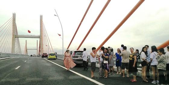 Cầu dây văng lớn nhất Việt Nam vừa thông xe đã xuất hiện vi phạm! ảnh 4