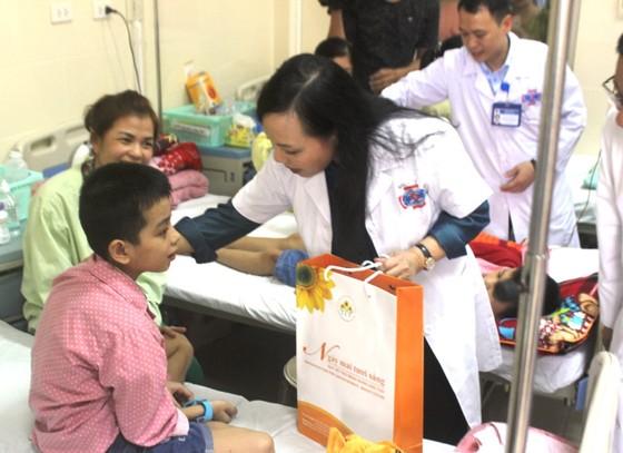 Tặng quà Trung thu cho 90 bệnh nhi ung thư ảnh 1