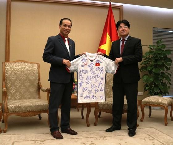 Bóng và áo có chữ ký cầu thủ Việt Nam tặng Thủ tướng sẽ được đấu giá giúp nạn nhân da cam ảnh 1