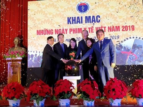 Bộ trưởng Bộ Y tế tập thể dục trong khai mạc Những ngày phim y tế Việt Nam 2019 ảnh 1