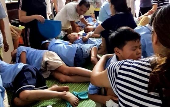 Ăn nhầm bột thông bồn cầu, gần 50 học sinh bị ngộ độc  ảnh 1