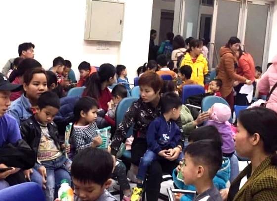 Trẻ em Thuận Thành vẫn ùn ùn lên Hà Nội để xét nghiệm sán heo ảnh 1